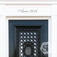 Een strak gelakte deur met een mooie deursticker met de tekst Anno 2018