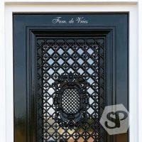 Prachtige groene deur met daarop een sierlijke Deursticker Fam.