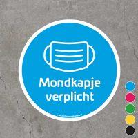 Blauwe vloersticker met de tekst mondkapje verplicht