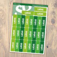 Velletje met 27 groene naamlabels op een houten achtergrond